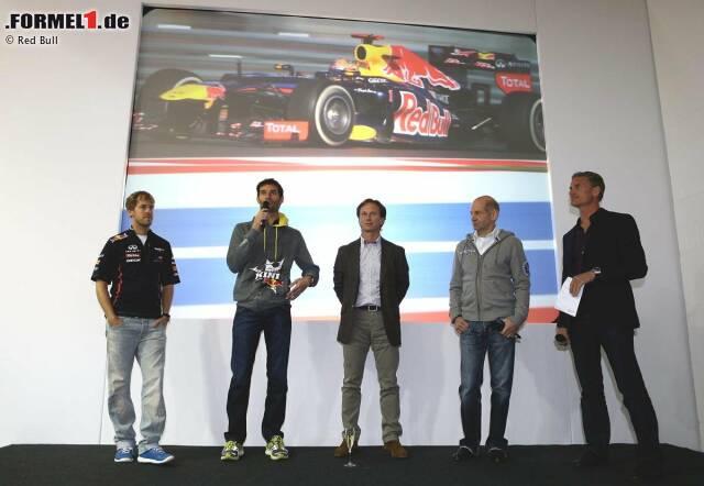 Sebastian Vettel, Mark Webber, Christian Horner (Teamchef) und Adrian Newey (Technischer Direktor) sprechen zu den Angestellten, David Coulthard moderiert den Empfang