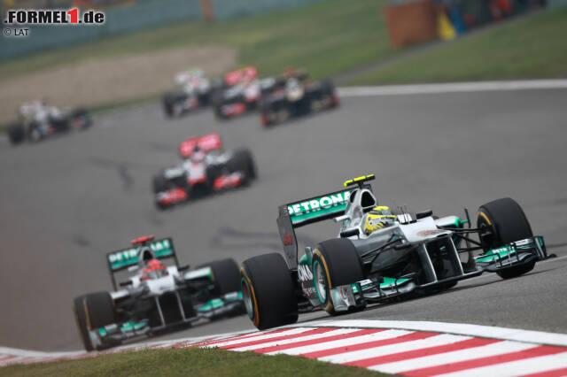 """2012 ein ungewohntes Bild: Rosberg und Schumacher führen das Feld an. Während der jüngere Mercedes-Pilot siegte, ist der Kurs auch für """"Schumi"""" denkwürdig. Jetzt durch die Geschichte des China-Grand-Prix klicken!"""