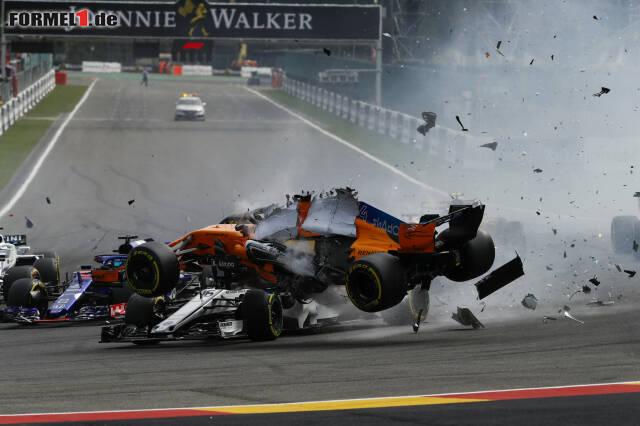 Beim Unfall von Spa-Francorchamps hatte Charles Leclerc eine Menge Glück. Fernando Alonso rutschte über den Sauber-Piloten drüber.