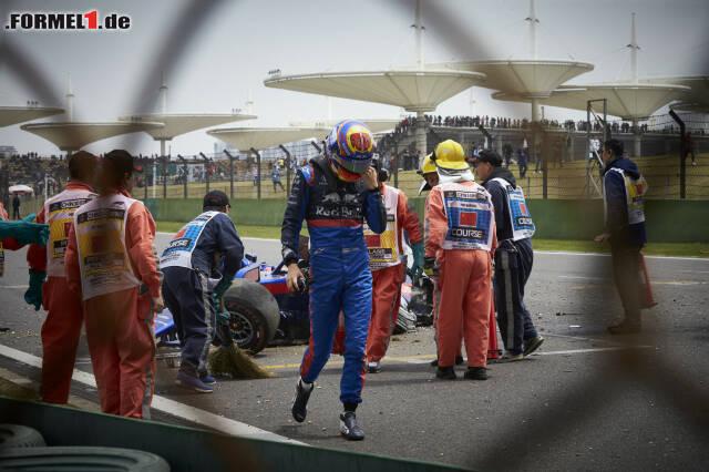 Alexander Albon ärgert sich über seinen Crash im Training. Jetzt durch die Bilder vom Unfall klicken!