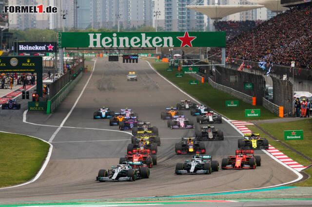Am Start hat Leclerc das bessere Ende für sich. Er kommt zwar schlechter weg, Vettel muss aber vom Gas gehen, ...