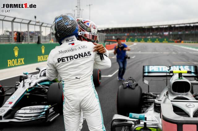 Lewis Hamilton gratuliert Valtteri Bottas zur knappen Pole-Position. Die 0,006 Sekunden gehen aber noch enger, wie unsere Top 10 der knappsten Qualifyings der vergangenen 20 Jahre zeigt. Klick dich durch!