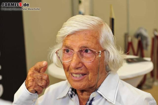 Mit ihr fing alles an: Maria Teresa de Filippis war 1958 in Monaco die erste Frau, die versuchte, sich für ein Formel-1-Rennen zu qualifizieren. Das gelang ihr aber erst später in jenem Jahr, als sie in Spa-Francorchamps Zehnte wurde. Als Teenager noch vom Reitsport begeistert, begann sie ihre Karriere als Rennfahrerin, nachdem ihre Brüder gewettet hatten, dass sie am Steuer eines Sportwagens keine Chance haben würde. De Filippis gewann aber gleich ihr erstes Autorennen in einem FIAT 500. Kleine Randnotiz: Bei ihrer Formel-1-Premiere in Monaco 1958 scheiterte auch ein gewisser Bernard Charles Ecclestone an der Qualifikation.