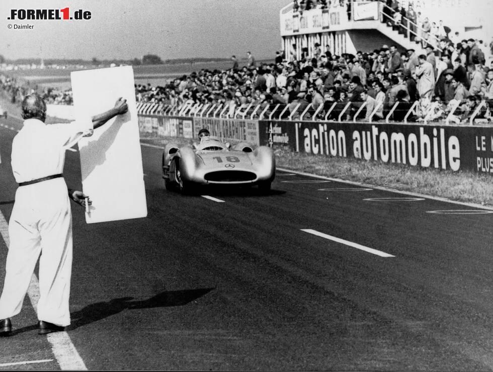 Der große Juan Manuel Fangio gewinnt 1954 und 1955 zwei WM-Titel auf Mercedes, lässt sich hier in Reims 1954 die Rundenzeit anzeigen - in einem Zeitalter, als Boxenfunk noch nach Science-Fiction klingt.