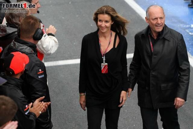 """Ronald """"Ron"""" Dennis (geschieden, hier mit neuer Freundin) hat zwar das Amt des Teamchefs am 1. März 2009 an Martin Whitmarsh übergeben, gilt aber immer noch als die """"graue Eminenz"""" im Hauptquartier in Woking. Der Brite begann 1966 als Jochen Rindts Mechaniker bei Cooper, wechselte zwei Jahre später mit dem österreichischen Fahrer zu Brabham und gründete 1971 gemeinsam mit Partner Neil Trundle sein eigenes Motorsport-Rennteam. Aus diesem entstand, gesponsert von Marlboro, zunächst Project Three, dann Project Four. Marlboro war mit den Leistungen von McLaren in den späten 1970er-Jahren unzufrieden, sodass ein Übernahme-Deal mit Dennis eingefädelt wurde. Ab 1980 war Dennis die """"Nummer 1"""" des Traditionsteams. Das """"P4"""" in den Typenbezeichnungen der Formel-1-Autos (2013: MP4-28) steht heute noch für """"Project Four""""."""