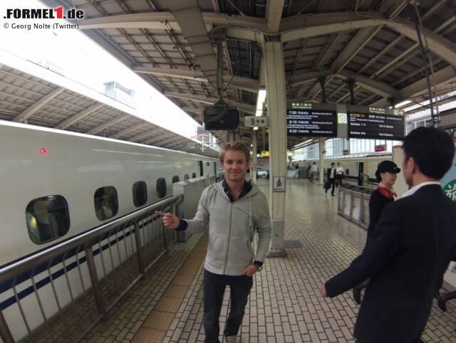 Jenson Button fährt zwar standesgemäß mit blauem Rolls-Royce nach Suzuka, doch die meisten anderen Fahrer kommen per Zug. Der ist in Japan stets pünktlich und superschnell, sodass sich nicht einmal Nico Rosberg für diese Art der Anreise zu schade ist. Tenor: Davon kann sich die Deutsche Bahn eine Scheibe abschneiden!