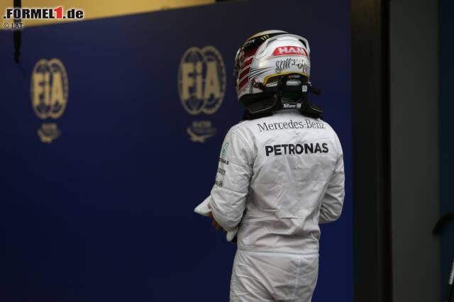Rückschlag Nummer 1: Schon im ersten Lauf der neuen Formel-1-Saison wird Lewis Hamilton vom Pech verfolgt. Der Brite fährt am Samstag in Melbourne noch souverän zur ersten Pole-Position der neuen Turboära, doch im Rennen ist bereits nach drei Runden Schluss: Der Mercedes gibt mit einem Motorenproblem den Geist auf. Da Teamkollege Nico Rosberg gewinnt, hat Hamilton bereits 25 Zähler eingebüßt.