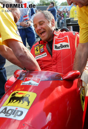 Erstmal überhaupt reinkommen: Gerhard Berger zwängt sich in seinen 1988er-Turbo-Ferrari.