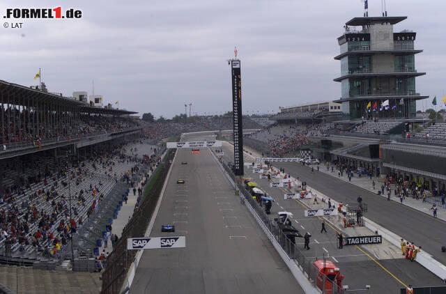 24.09.2000: Grand Prix der USA in Indianapolis. Das erste Premierenrennen der Formel 1 nach der Jahrtausendwende ist eigentlich keines. Einen Großen Preis der USA hatten schon mehrere Rennstrecken ausgerichtet, und zwischen 1950 und 1960 zählte das Indianapolis 500 zur Formel 1. Doch 2000 gingen die Piloten erstmals auf der 4,129 Kilometer langen Strecke an den Start, die das berühmte Oval mit einem Straßenkurs verbindet.