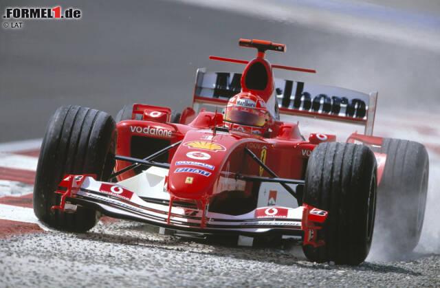 """Auch den Piloten macht der Sand auf dem Bahrain International Circuit rund 30 Kilometer vor den Toren der Stadt Manama regelmäßig zu schaffen. Besonders zu Beginn des Wochenendes ist die Strecke meist """"grün"""" und rutschig, wie auch Michael Schumacher gleich im ersten Training feststellen muss."""