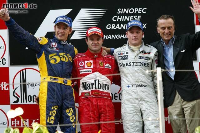 Premierensieger im Jahr 2004: Rubens Barrichello (Ferrari) vor Jenson Button (BAR), der trotz eines Boxenstopps weniger am Ende den Kürzeren zieht, und Kimi Räikkönen (McLaren).