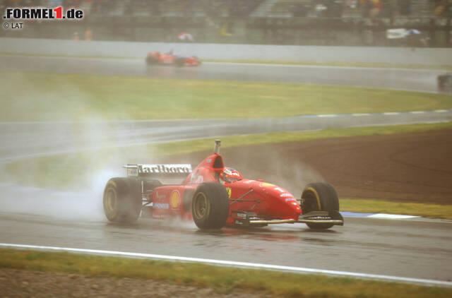Der erste Sieg: In Spanien demonstriert Schumacher im Regen seine ganze Klasse und fährt seinen ersten von insgesamt 72 Siegen für die Scuderia ein. Um die Weltmeisterschaft kann der amtierende Champion 1996 allerdings nicht kämpfen, dazu ist der F310 zu langsam und fehleranfällig.