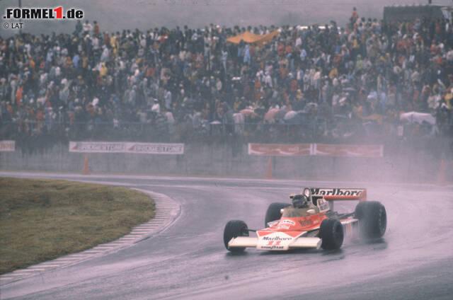 """Die Entscheidung fällt beim Finale in Fuji: Bei strömendem Regen und schlechter Sicht stellt Lauda seinen Ferrari kurz nach dem Start ab. """"Das Leben ist mir wichtiger"""", sagt er. Hunt holt den nötigen dritten Platz und wird mit einem Punkt Vorsprung Weltmeister."""