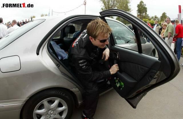 """#10 Medien-Donnerstag vor dem Grand Prix von Australien 2003, und Kimi ist herzlich egal, dass er als McLaren-Fahrer im Rampenlicht steht. """"Kommt morgen wieder, heute bin ich noch im Urlaub"""", vertröstet er die verdutzten Journalisten. Eine Aussage, die nicht verwundert, denn: """"Ich habe mich für den Motorsport entschieden, weil ich da nicht so früh aufstehen muss."""""""