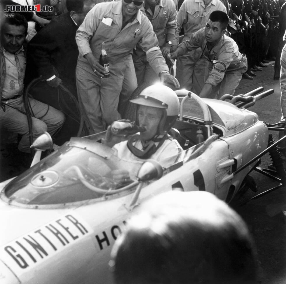 """Besonders """"kreativ"""" ist die Namensgebung der Modelle RA271 bis 302: Bis 1968 beziehen sich die Nummern rein auf die mögliche Höchstgeschwindigkeit der Renner. 1965 gewinnt Richie Ginther beim Grand Prix von Mexiko das erste Rennen für Honda."""