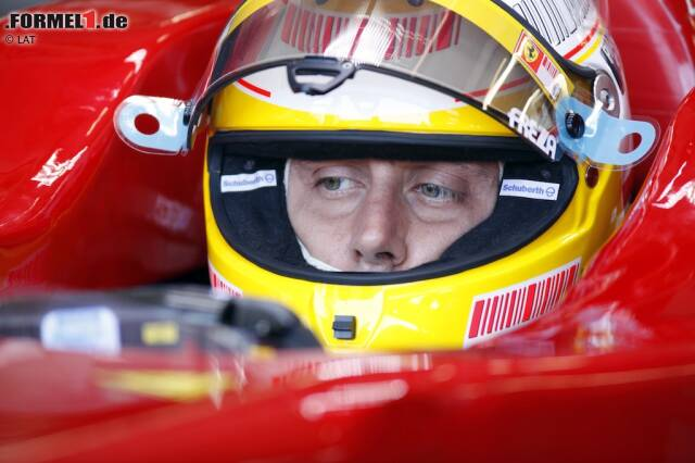 #20: Luca Badoer (2009). Ein Italiener im Ferrari. Klingt wie ein Traum, entwickelt sich 2009 aber zum Tifosi-Alptraum. Weil Michael Schumacher ein Comeback als Ersatz für den verletzten Felipe Massa aus gesundheitlichen Gründen nicht starten kann, muss der damalige Scuderia-Testpilot Luca Badoer ran. Es ist neun Jahre und neun Monate her, dass er seine komplett erfolglose Laufbahn als Lola-, Minardi und Forti-Corse-Pilot 1999 gegen ein Dasein als Schattenarbeiter eingetauscht hat. Der Rost rieselt förmlich aus dem Overall, als der damals 38-Jährige in Valencia und Spa-Francorchamps zweimal Letzter in Qualifying und Rennen wird - in einem Ferrari! Luca di Montezomolo hat genug gesehen und angelt sich lieber Giancarlo Fisichella von Force India.