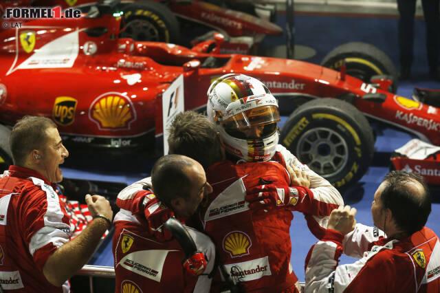 Es ist das Wochenende von Sebastian Vettel und Ferrari: Mit den nächsten großen Updates gewinnt der Heppenheimer in Singapur, und das auf beeindruckende Art und Weise. Vettel feiert den 42. Sieg seiner Karriere, überholt damit in der ewigen Bestenliste den großen Ayrton Senna. Und den dritten in seiner Ferrari-Premierensaison, womit er mit Michael Schumacher 1996 gleichzieht.