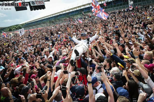 Lewis Hamilton Superstar: Der Mercedes-Fahrer gewinnt nach 2008, 2014 und 2015 zum vierten Mal in Silverstone - und lässt sich crowdsurfend von 140.000 Zuschauern feiern! Gutes Omen: In jedem Jahr, in dem er sein Heimrennen gewonnen hat, wurde er später auch Weltmeister. Auf Nico Rosberg fehlt nur noch ein Punkt.