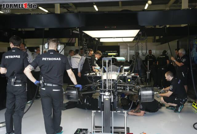 Bei Rosberg ist der Wurm drin: Fünf Tage nach der Kollision in der letzten Runde von Spielberg 2016 verliert er das zweite Freie Training in Silverstone wegen eines Wasserlecks. Der WM-Leader muss das Set-up für Samstag beim Teamkollegen abschauen.