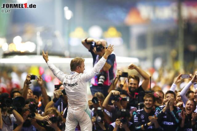 Was für eine Leistung! Nico Rosberg liefert in Singapur eine dominante Vorstellung ab und feiert im 15. Rennen 2016 seinen achten Saisonsieg. Außerdem gewinnt er als erster Nicht-Weltmeister das Night-Race - und übernimmt wieder die WM-Führung, acht Punkte vor Lewis Hamilton.