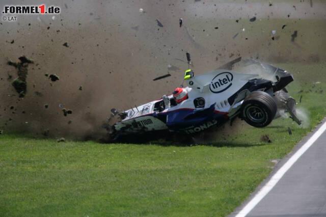 Der Kanada-Grand-Prix 2007 und der erste Siegerschampus: Alle halten es für eine Frage der Zeit, bis Hamilton sein erstes Formel-1-Rennen gewinnt. Die erste Pole-Position in Montreal ist ein Anfang. Als im Rennen hinter ihm das Chaos ausbricht und Robert Kubica (BMW) verunglückt, bleibt der 23-Jährige Hamilton cool wie Hundeschnauze ...
