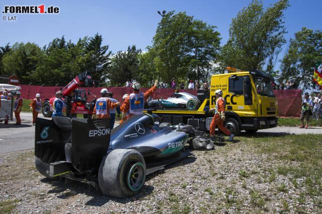 Katastrophe für Mercedes in Barcelona: Nur vier Kurven dauert es, bis die beiden führenden Silberpfeile im Kies stehen. Es ist die erste verheerende Kollision zwischen Nico Rosberg und Lewis Hamilton seit Spa 2014.