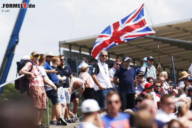 """Nur in zwei Ländern gab es seit der Einführung der Formel 1 im Jahre 1950 in jeder Saison einen Grand Prix: in Italien und in Großbritannien. Passend, dass der zweite im """"Home of British Motor Racing"""" einen Stammplatz gefunden hat. Die Rede ist vom Ex-Flugplatzkurs in Silverstone, der heute zu den letzten Mutstrecken im Kalender zählt."""