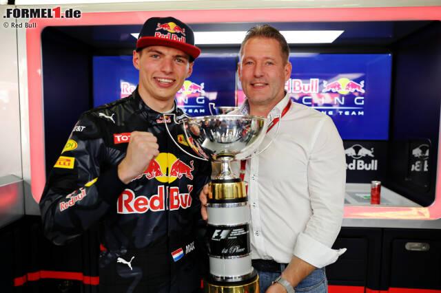 """Mit vier Jahren schenkte ihm Papa Jos (übrigens entgegen anderslautender Medienberichte immer noch sein Manager) sein erstes Go-Kart, jetzt ist er mit 18 Jahren und 227 Tagen jüngster Grand-Prix-Sieger aller Zeiten: Max Verstappen. """"Max ist besser als ich es je war"""", sagt der stolze Vater."""