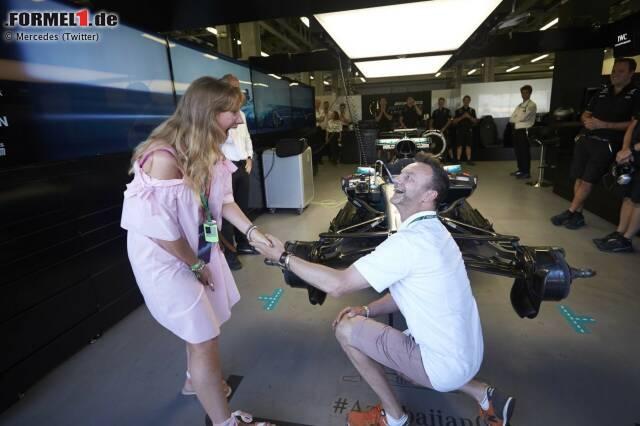 """Schöner kann ein Formel-1-Wochenende doch gar nicht beginnen: Zuerst hat die Mercedes-Pressedame Rosa Herrero Venegas diesem Paar ermöglicht, die Silberpfeil-Box einmal hautnah zu erleben. Und dann macht der Herr seiner Geliebten auch noch einen Heiratsantrag. Sie hat """"Ja"""" gesagt!"""