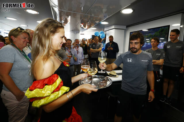 Am Samstag wird Alonso 36 Jahre alt, und McLaren schmeißt für ihn im Brand-Center an der Strecke eine farbenfrohe Überraschungsparty. Was mit 36 anders ist als vor zehn Jahren? Es zwickt hie und da ein bisschen mehr, und du musst härter trainieren als früher, lächelt der Spanier - und genehmigt sich ein Glas Weißwein.