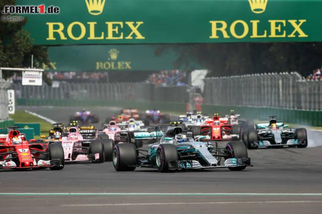 Die WM-Entscheidung fällt in Mexiko praktisch am Start. Weil Lewis Hamilton (Mercedes, rechts) mit Sebastian Vettel (Ferrari) am Start kollidiert und beide weit zurückfallen, ist der Titel quasi vergeben. Sebastian Vettel hätte nämlich Zweiter werden müssen. Die Bilder des Startcrashs.