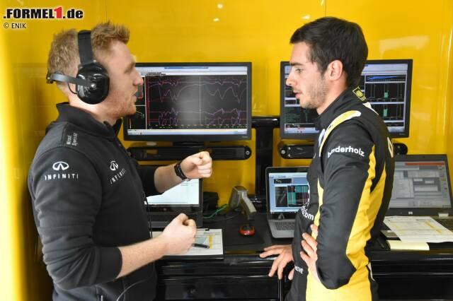 Den ersten Formel-1-Test von Rene Binder hinter den Kulissen erleben und jetzt durch die Fotostrecke klicken! Hier in der Run-Besprechung mit Ingenieur Josh Peckett, der 2016 bei Manor Pascal Wehrleins Mann am Funk war.