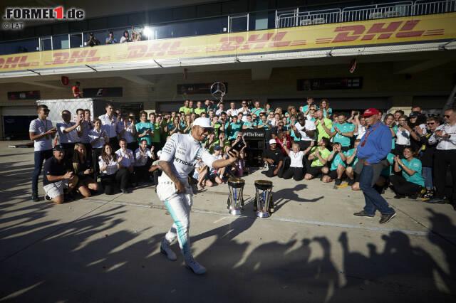 Erster Matchball verwertet: Bereits drei Rennen vor Schluss steht Mercedes als Konstrukteurs-Weltmeister 2017 fest. Zum vierten Mal hintereinander. Und Lewis Hamilton braucht nach fünf Siegen in sechs Rennen nur noch einen fünften Platz, um den Titel zu fixieren. Die Silberpfeile dürfen in Austin jubeln!