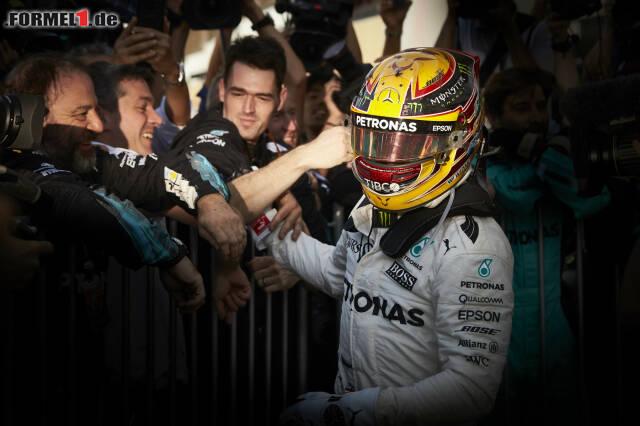 Er hat es geschafft! Lewis Hamilton hat sich seinen vierten WM-Titel gesichert und mit Sebastian Vettel und Alain Prost gleichgezogen. Obwohl der Brite den Titel am Ende vorzeitig gewinnen konnte, hatte Sebastian Vettel im WM-Kampf 2017 die Nase lange Zeit vorne. Wir blicken noch einmal zurück ...
