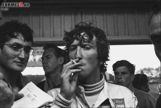 """So kannte man Jochen Rindt: Der """"James Dean der Formel 1"""" - stets mit Zigarette - war einer der verwegensten Piloten der Königsklasse. Obwohl der deutsche Staatsbürger, der wegen seiner österreichischen Rennlizenz als Österreicher galt, nur sechs Rennen gewann, wurde er zum Mythos. Das lag auch daran, dass der ..."""
