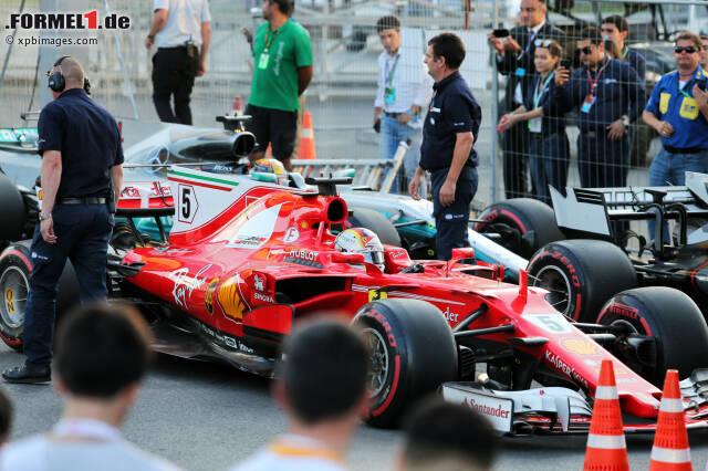 Einen Gegner absichtlich zu rammen, wie es Sebastian Vettel beim Aserbaidschan-Grand-Prix 2017 nach Ansicht der Sportkommissare mit Lewis Hamilton machte, ist ein heftiges Foul. Doch die Formel-1-Geschichte trieb noch heftigere und skurrilere Blüten. Wir haben die Top 10 der größten Unsportlichkeiten in einer Fotostrecke zusammengestellt.