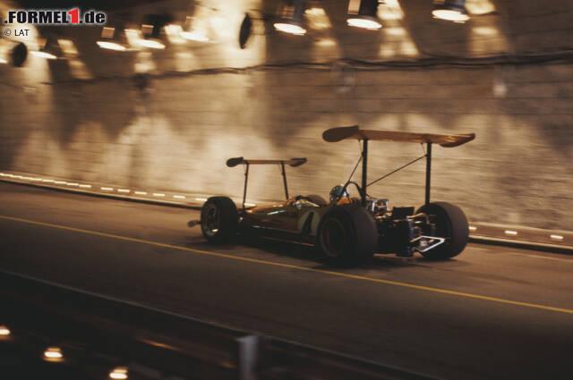 Bereits in den 60er-Jahren experimentiert unter anderem McLaren wild mit zusätzlichen Flügeln herum. Der M7C ist in dieser Konfiguration - hier 1969 in Monaco - nicht nur mit einem überdimensionierten Heckflügel ausgerüstet, sondern auch mit einem zweiten etwas kleineren an der Front. Immerhin hebt das Auto nicht ab ...