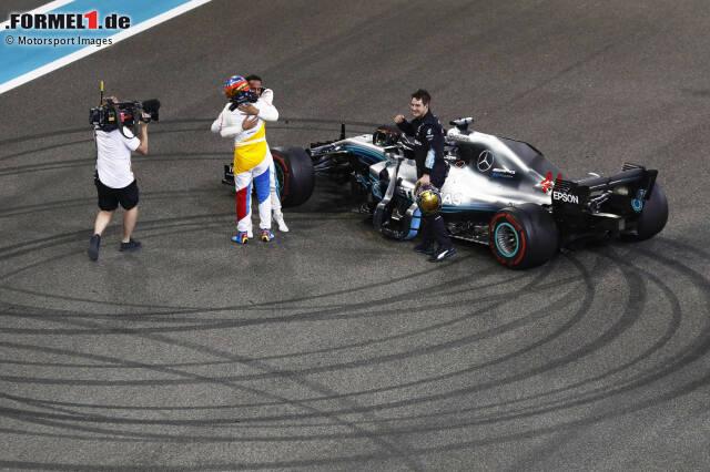 """10: Alte Rivalen: Beim emotionalen Abschied in Abu Dhabi fallen einander Fernando Alonso und Lewis Hamilton in die Arme. Eine große Geste - vergessen die Konflikte vergangener Jahre. Alonso fährt 2018 hinterher. Dabei hat die Saison vielversprechend begonnen. """"Now we can fight"""", hat Alonso in Melbourne gefunkt."""