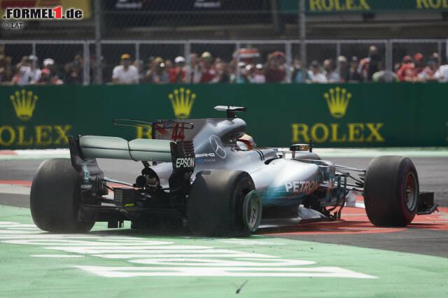 Selber Ort: Schon ein Jahr zuvor krönt sich Hamilton in Mexiko-Stadt zum Weltmeister. Damals landet er mit seinem Silberpfeil sogar nur auf Rang neun! Ein Reifenschaden nach einer Kollision mit WM-Rivale Sebastian Vettel in der ersten Runde bringt ihn nach ganz hinten - trotzdem reicht es für ihn.