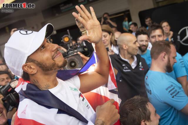 Lewis Hamilton hat es geschafft! Der Brite krönte sich in Mexiko zum fünfmaligen Formel-1-Weltmeister. Allerdings fuhr er dabei nicht auf das Podest, sondern landete nur auf Rang vier! Damit ist der Mercedes-Pilot allerdings bei weiten nicht der einzige in der Geschichte, dem das passiert ist. Wir blicken in unserer Fotostrecke zurück: