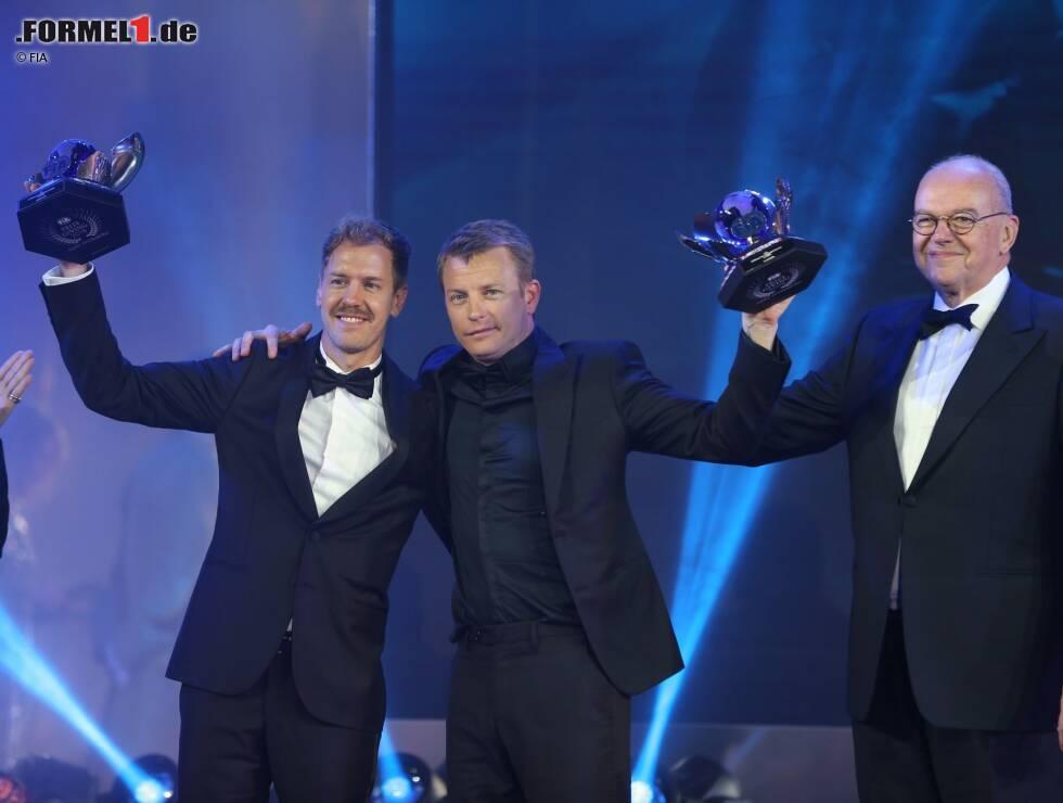 Das war der beste Moment des Abends: Ein sturzbetrunkener Kimi Räikkönen und Sebastian Vettel nehmen ihre Pokale entgegen.