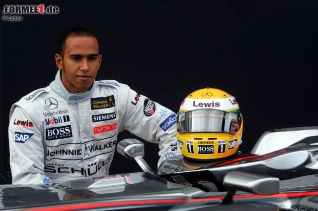 19. September 2006: Lewis Hamilton posiert mit dem McLaren MP4-21, mit dem er in Silverstone seinen ersten Formel-1-Test absolviert. Unser Foto-Rückblick auf die Premiere des britischen Ausnahmetalents im Grand-Prix-Rennwagen!