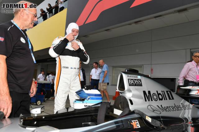 Mika Häkkinen macht sich bereit: Gleich steigt er erstmals seit seinem WM-Titelgewinn 1998 wieder in den McLaren-Mercedes MP4-13 und dreht Runden auf einer Rennstrecke! Hier sind die Bilder dazu!