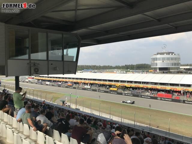 """Hoch oben über der Haupttribüne in Hockenheim befindet sich der """"Adlerhorst"""", die Kabine der Streckensprecher bei der Formel 1."""