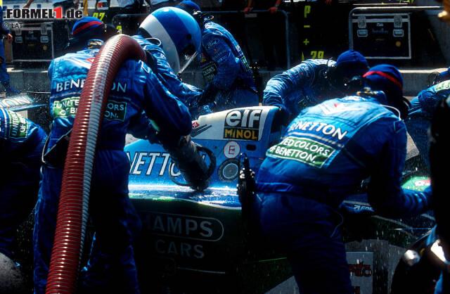 Eigentlich kommt Jos Verstappen in Runde 15 zu einem regulären Boxenstopp rein. Doch es tritt Benzin aus, das über sein ganzes Auto gespritzt wird.