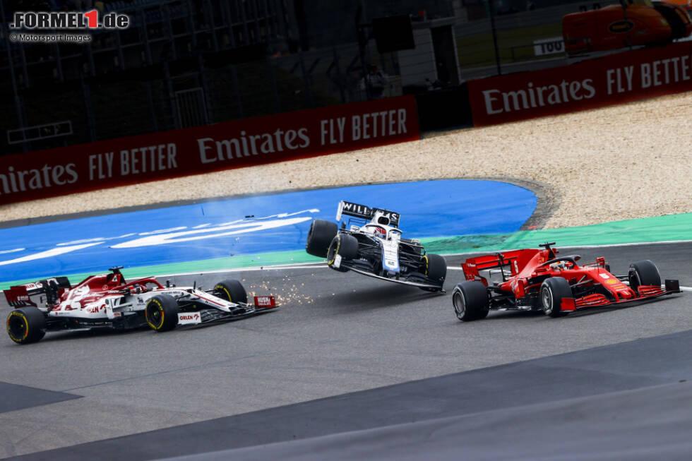 Nürburgring 2020: Nach einer Kollision mit Kimi Räikkönen hebt der Williams von George Russell ab. Beim Aufprall nimmt das Auto Schaden und Russell ist raus, aber immerhin unverletzt.