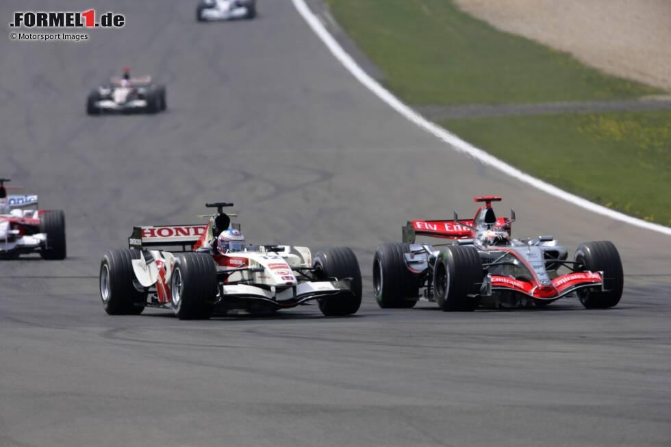 """Doch Bridgestone hat einen Vorteil gegenüber Michelin, die von McLaren und Renault eingesetzt werden. Zudem ist der MP4-21 mit Mercedes-Antrieb den vor ihm fahrenden Autos nicht ganz ebenbürtig. """"Der Motor war in jenem Jahr schrecklich"""", sagt Mark Slade, damaliger Renningenieur. Umso höher ist Räkkönens Leistung zu gewichten."""