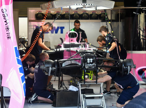 Force-India-Mechaniker in der Box